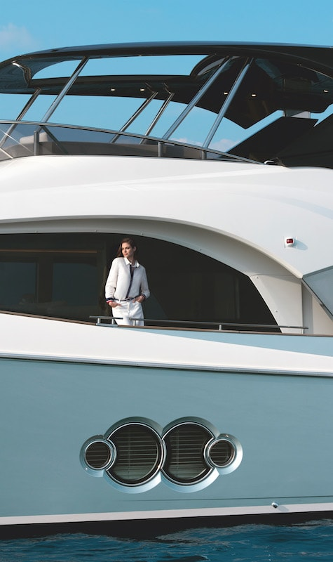 Monte Carlo Yachts MCY 66, side-decks