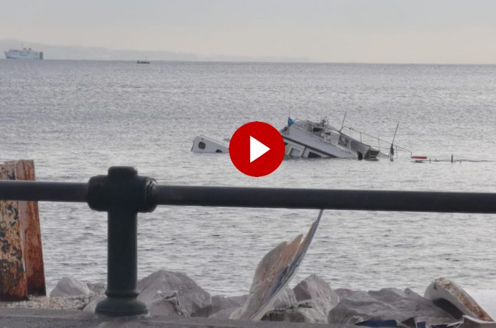 a boat sinks in Naples