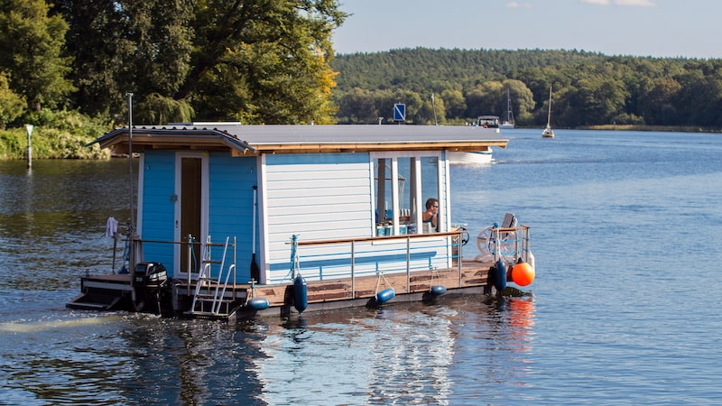 living on a boat, houseboat