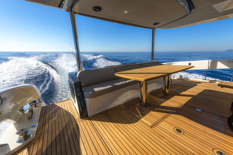 Absolute Navetta 64 aft living area